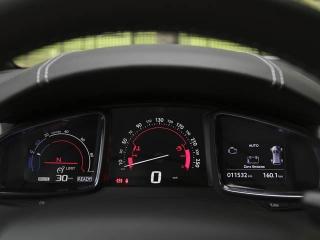 右はドライブトレインの作動状況表示、左はエコモード、パワーモードを示すレブカウンター