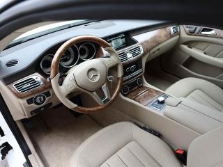 インテリアデザインはクーぺと同様。室内空間が広がり、後席は2座から3座仕様に変更されている