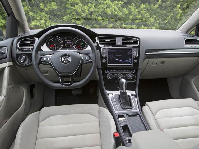 VW初のタッチスクリーンディスプレイを採用。手を近づけると自動でモード変更を行うセンサーも備わる