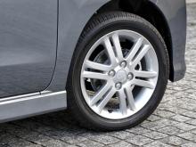 タイヤはカスタムRS(写真)が165/55R15サイズ、それ以外は155/65R14となる