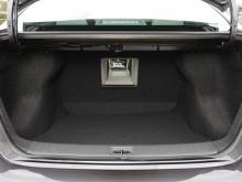容量たっぷりのトランクには長尺物を積むのに便利なリアアームレストスルーが付く