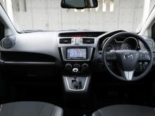SKYACTIV車には専用のマルチインフォメーションディスプレイとメーターが採用される