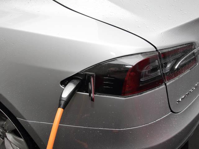 充電用のプラグはリアコンビランプに同化するデザインとされた。充電はCHAdeMOにも対応する