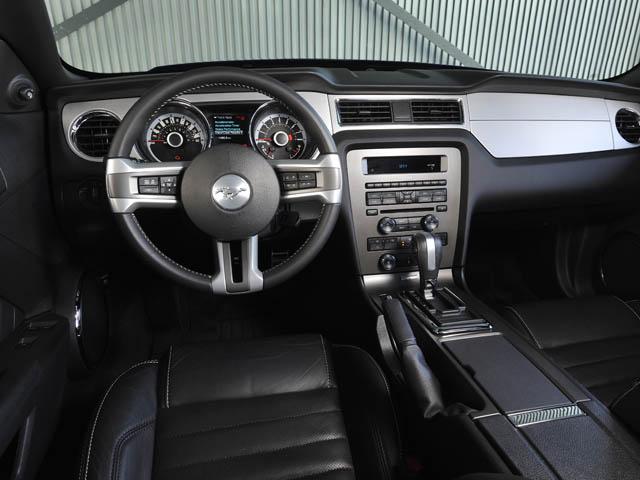 メーター中央部に4.2インチカラーディスプレイを配置。Gやタイムの計測ができるトラック・アップが備わった