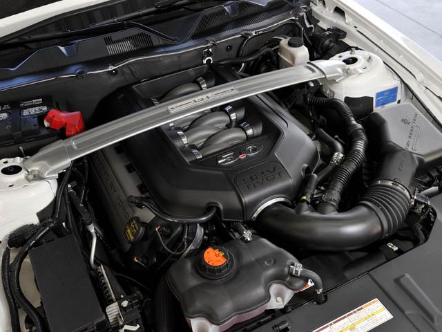 V8エンジンは最高出力を8ps向上。独自の車両安定化装置(アドバンストラック)を標準装備している