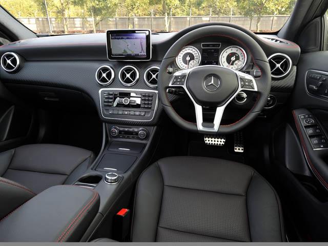 ヘッドレスト一体型スポーツシートやSLS AMGと同じモチーフのエアアウトレットを備えスポーティに
