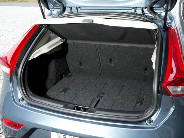 ラゲージ容量は335~1032Lを確保。床板は半分に折って立てるとフック付きディバイダーとして使用できる