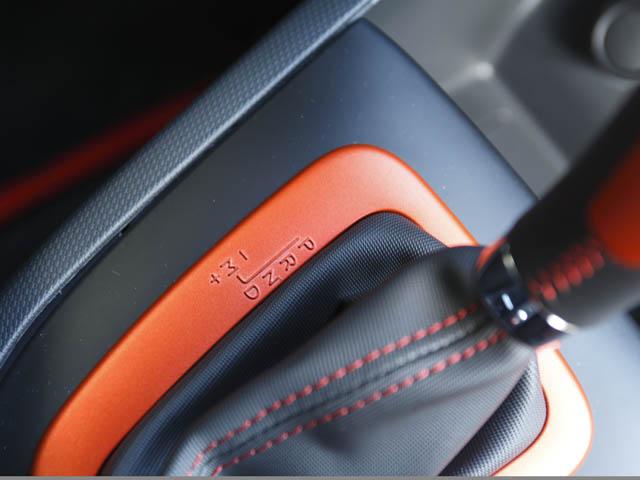 ノーマル/スポーツ/レースが選べる「R.S.ドライブ」を採用。レースモードではフルMTでESPもオフ