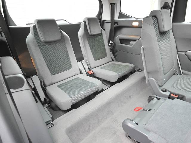 個々にスライド&収納できる2列目シートを採用。スペースは3列目格納で823L、2列目格納で2506Lとなる