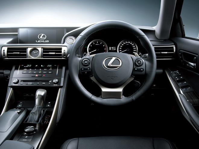 運転のしやすさを追求したコックピット感覚の運転席