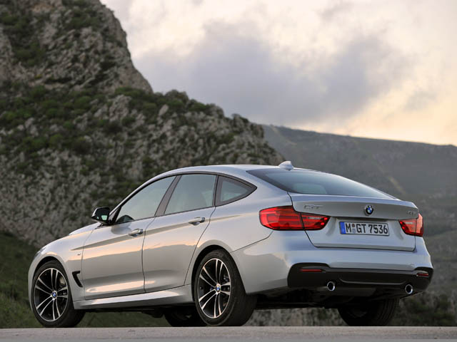 ベーシックモデルに加え、3つのデザインラインとMスポーツパッケージも用意される。BMW初のアクティブ・リアスポイラーが備わる