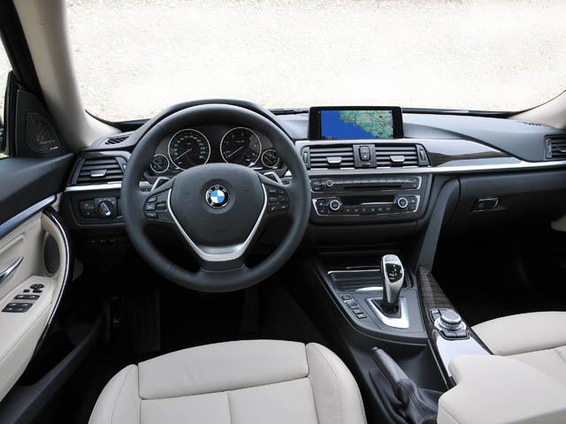 運転席回りは他の3シリーズと同様。後席足元空間は70mm拡大され上位モデル並みの広さに