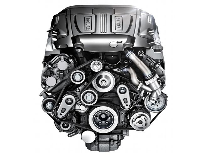 エンジンは写真の3L V6と5L V8の2種類