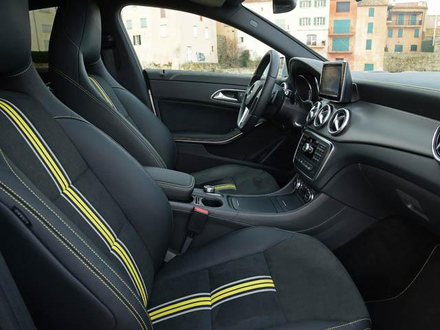 ヘッドレスト一体型のスポーツシートを採用。内外装はアーバンとAMGラインをはじめ、デジーノパッケージなど選択肢を増やした