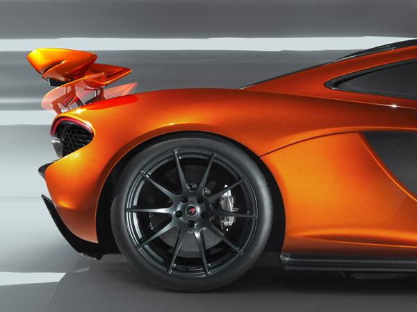 フロント19インチ、リア20インチの専用ホイールは新開発の高強度アルミニウム合金を使用。さらに10スポークのデザインによって強度と軽さを両立した