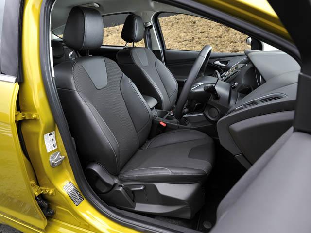 全席にレザーとファブリックを組み合わせたシートを装着。衝突回避を支援するアクティブ・シティ・ストップも備えた