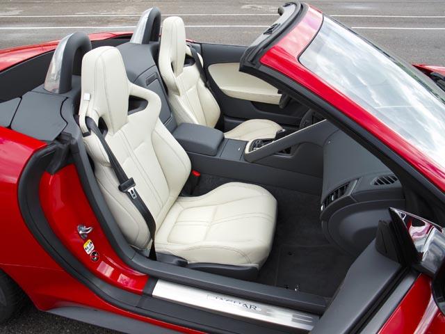 標準のスポーツシートに加え、さらにサポート性を高めたパフォーマンスシートを用意する