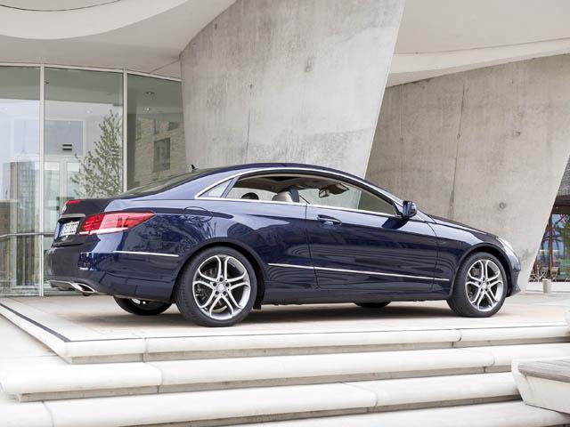 Eクラスセダン/ワゴンと同様に、新デザインのLEDハイパフォーマンスヘッドライトやLEDリアコンビランプを採用
