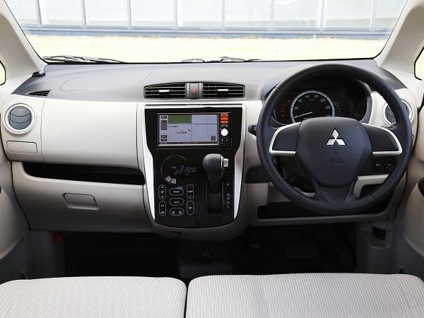 【eKワゴン】インストルメントパネル中央のエアコン操作盤は、他のどの軽自動車とも異なるタッチパネル式を採用。これもデイズと共通のデザインだ