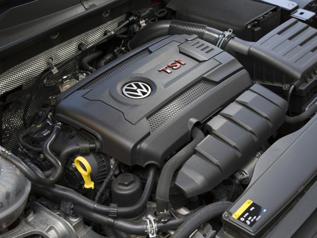 220ps/350N・mを発揮する2L TSIエンジン。最高出力を10ps高めるパフォーマンスパック仕様も用意される。トランスミッションは6速DSGのほか6速MTも