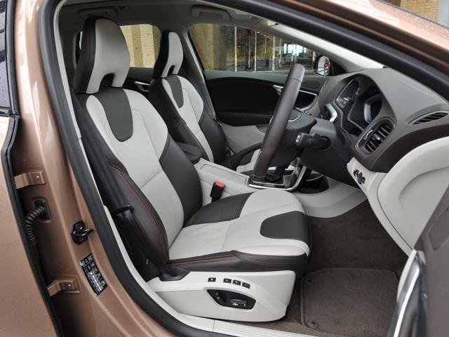 耐久性に優れたT-Tecとテキスタイルを組み合わせたシートを標準とし、6種類のカラーをラインナップ。オプションで8種類の本革も用意する