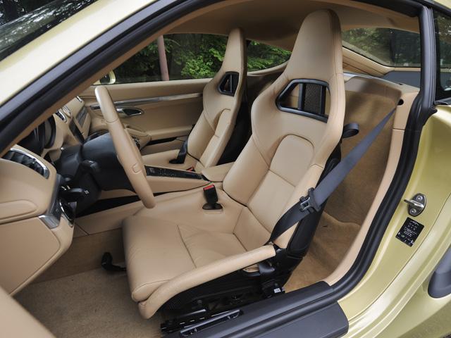 グラスファイバー製コアをカーボンで包んだシェルをもつスポーツバケットシートをオプションで用意。レーシーな雰囲気を演出する