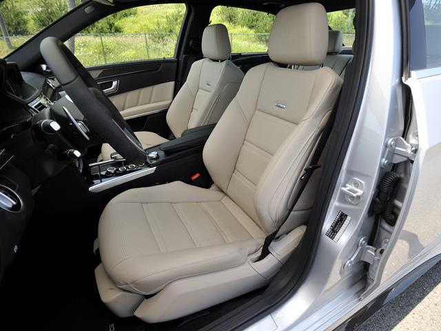 AMGモデルにはナッパレザーのスポーツシートを標準装備。内外装の色や素材を多彩に組み合わせるデジーノも選べる