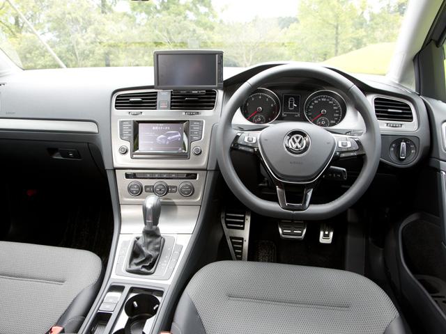 センターコンソールが運転席側に傾けられドライビングプレジャーを演出。室内が広くなり、新形状のシートと相まって快適性も向上