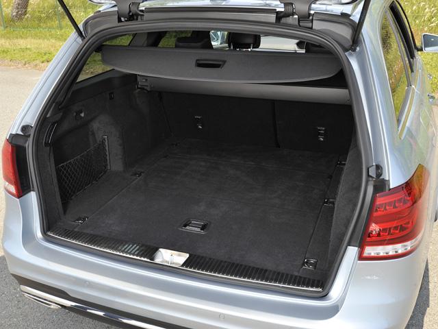 電動開閉式テールゲートなどの便利な機能を備えるステーションワゴン。E350にはフロア格納式サードシートがオプションで用意される