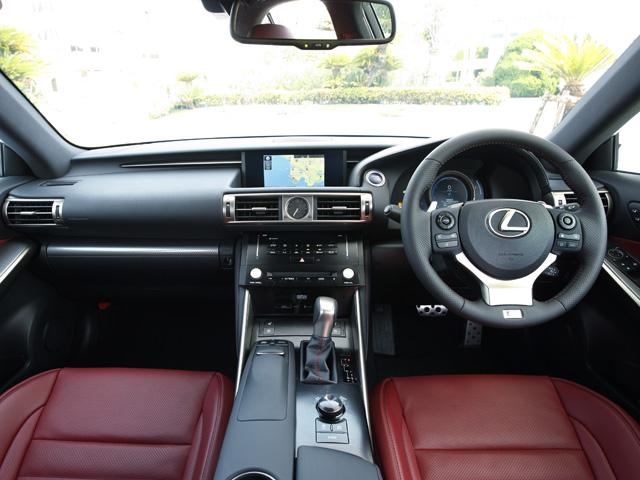 素材や形状にこだわった水平基調のインパネデザイン。中心には特徴的なアナログ時計が配され車内全体の質感を向上させている