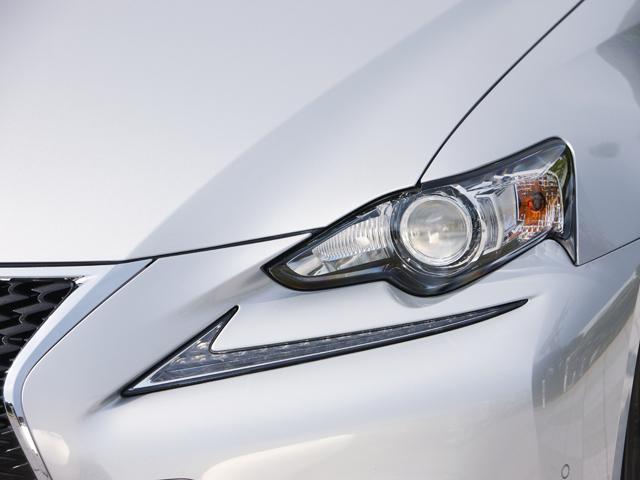 最新のプレス技術と樹脂技術が投入されたエクステリア。特にヘッドライトから独立したクリアランスランプが印象的