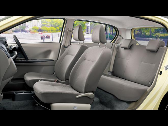 サスペンションの特性やフロントシートの形状も見直され乗り心地も向上。スマートアシストの採用など、装備も充実した