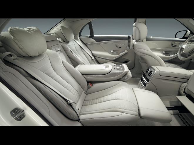後席の快適性を向上させた「ショーファーパッケージ」。最大43.5度のリクライニング機能やフットレストを備えたリアシートを採用