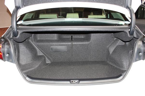 9.5インチ×47インチのゴルフバッグ4つが収納できるトランクスペースが確保された。開口部の幅と奥行きが広いことが特徴