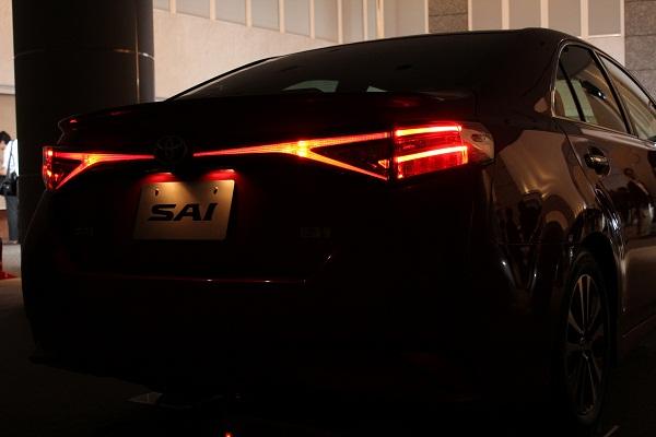 暗闇でライトオンした状態のリアビュー。後ろから見ても、ひと目でSAIとわかるデザインとなっている