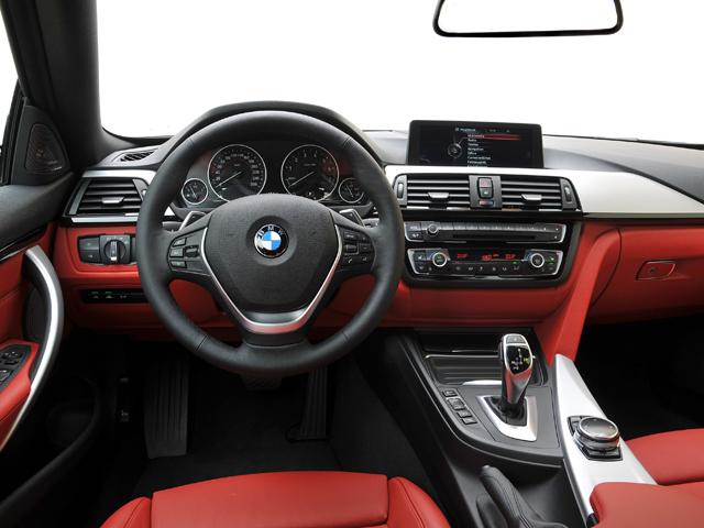 インテリアも基本的に3シリーズと同様。左右非対称のデザインとなっており、インパネなどを運転席側にわずかに傾斜させている