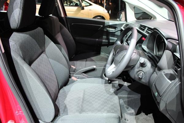 フロントシートは2Lクラスの上級車種のフレームをベースに設計された。肩まわりが広く、腰まわりもしっかりサポートしてくれる