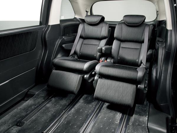 上級グレードでは2列目にプレミアムクレードルシート(仮称)と呼ばれるシートが用意される。背もたれと座面が連動して、ゆりかごのように乗員を包み込み、長時間のドライブでもリラックスできる