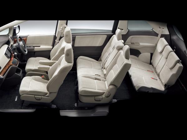 FFモデルには7人乗りと8人乗りが設定される。4WDモデルは8人乗りのみ。インテリアカラーは、ノーマルモデルのアイボリーとアブソルートのブラックの2種類が設定されている