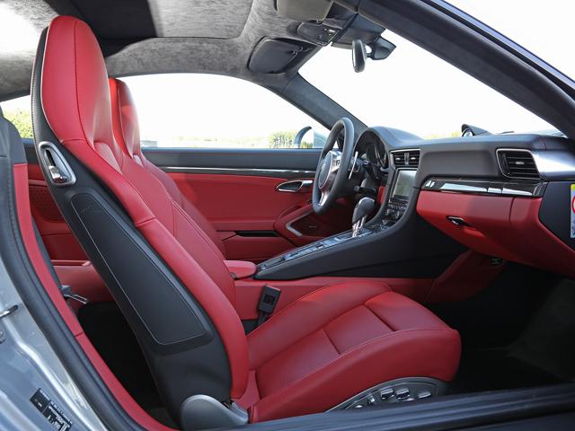Sではブラックとレッドのツートンカラーレザーインテリアが標準となる。アダプティブスポーツシートは18way電動調節式