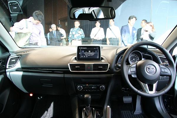 走行安全性を最優先とするHMIコンセプト「ヘッズアップコックピット」に基づき、視線移動が最小限で済むようナビはダッシュボードの上部に配置