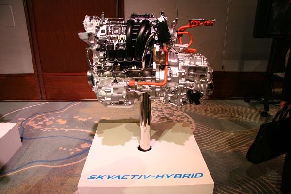 新型に搭載される「スカイアクティブ ハイブリッド」。JC08モード燃費で30.8km/Lを達成している
