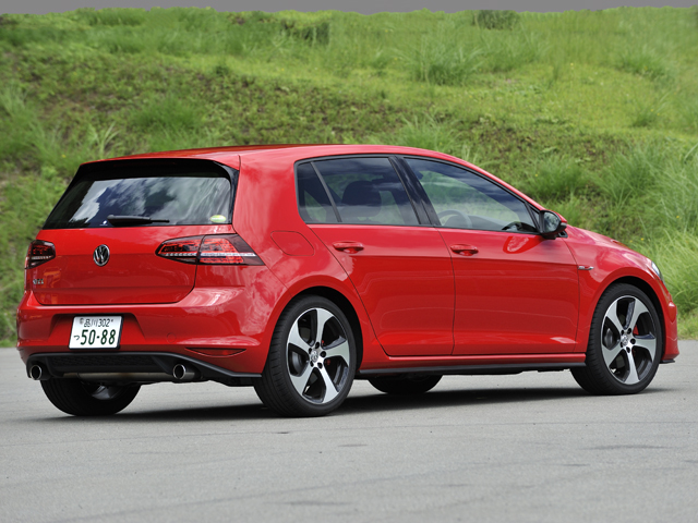 車高がベース比で10mm低いスポーツサスペンションを装着。専用バンパーや初のGTIバッジなどでスポーティなスタイルに