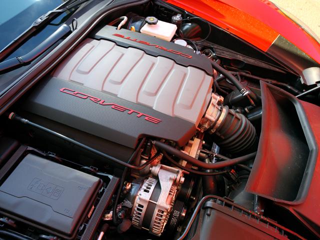 直噴V8エンジンには気筒休止システムも採用。エコモードを用いればアメリカ車にして12km/L以上と燃費も大幅に向上