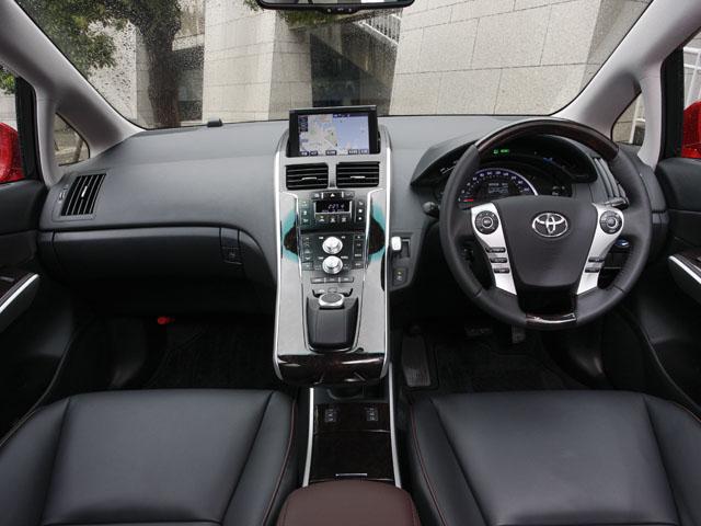 運転席まわりの造形は従来同様、二階層のセンタークラスターを採用。マウスを扱うような感覚でナビなどを操作できるリモートタッチが付く