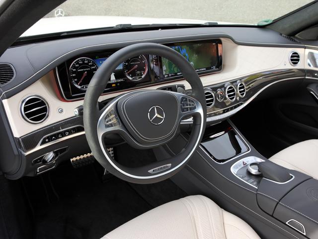 インテリアはシートやパネルに上品なダイヤモンドステッチを施したフルレザー仕様。新形状となるAMGスポーツシートも備わる