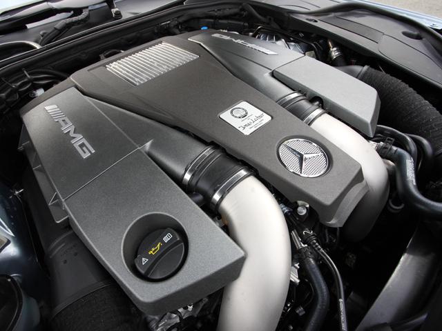 V8ツインターボはさらに改良され、これまでと比べ41ps/100N・mアップし585ps/900N・mとなった。さらに燃費も向上している