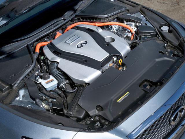 エンジン出力296馬力、モーター出力67馬力でシステム出力は354馬力となる。スタイリングと同様にスペックもスポーティさを醸す