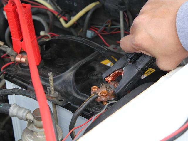 最後にバッテリーの弱った車のマイナス端子に黒いケーブルをつなぎ、救援車のエンジンをオン。1分程度待ってから救援される側のエンジンをオン