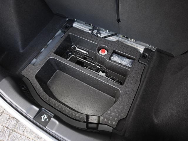 ガソリン車のトランク下。通常は工具が収納されている。HV車の場合は代わりにブルーエナジー社製のリチウムイオンバッテリーが搭載される